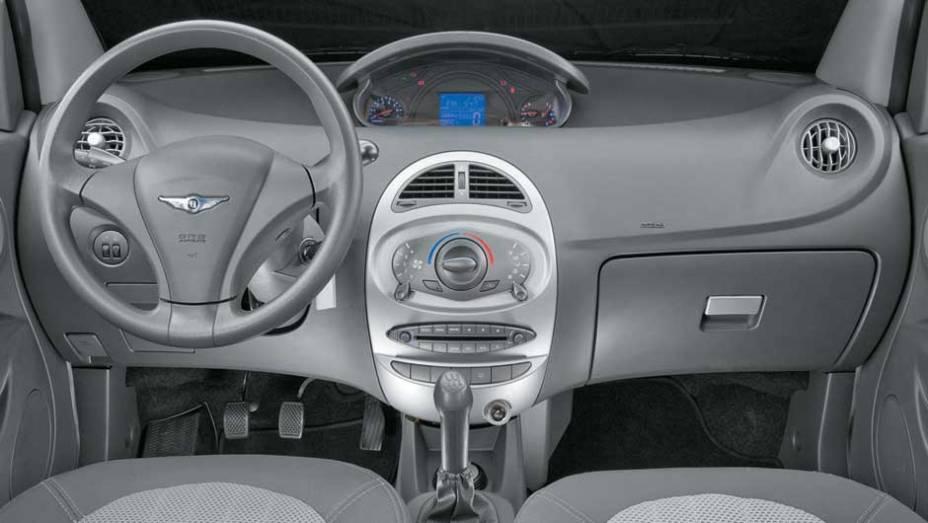 Plásticos brilhantes e rígidos conferem um ar de simplicidade à cabine. Volante oculta o conta-giros no painel central