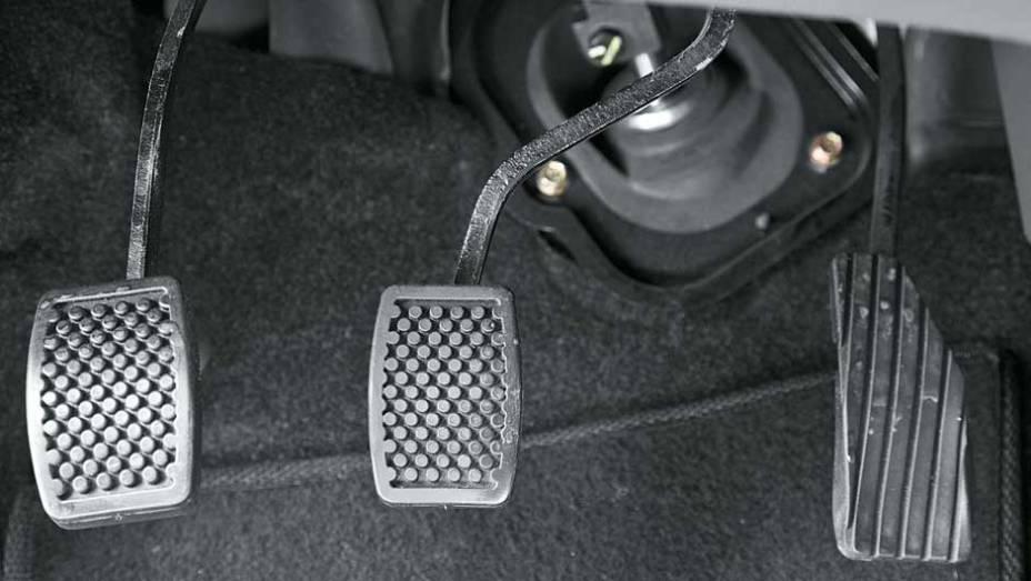 Como o motor, o freio é flexível: o pedal entortou durante os testes