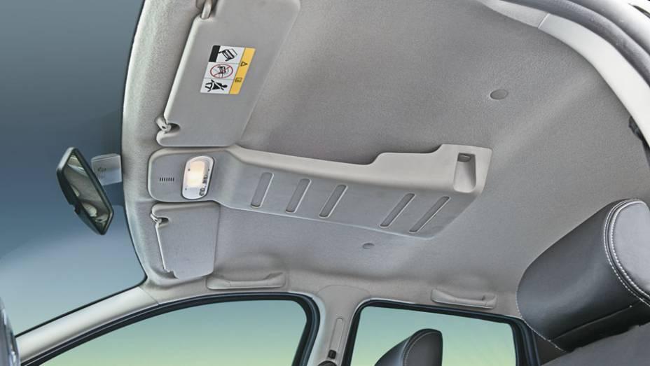 Porta-objetos no teto é exclusivo, mas oferece pouca utilidade prática