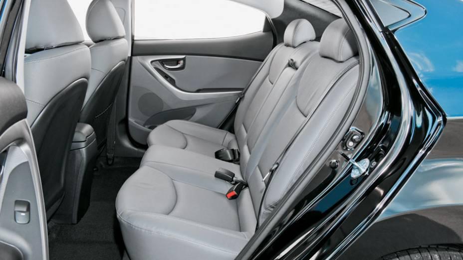 Atrás, três passageiros têm fácil acesso e viajam com conforto