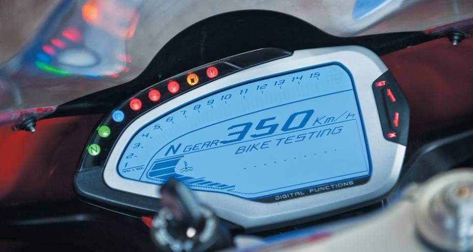 Painel assimétrico digital, com conta-giros em arco, de fundo azul, e múltiplas funções.