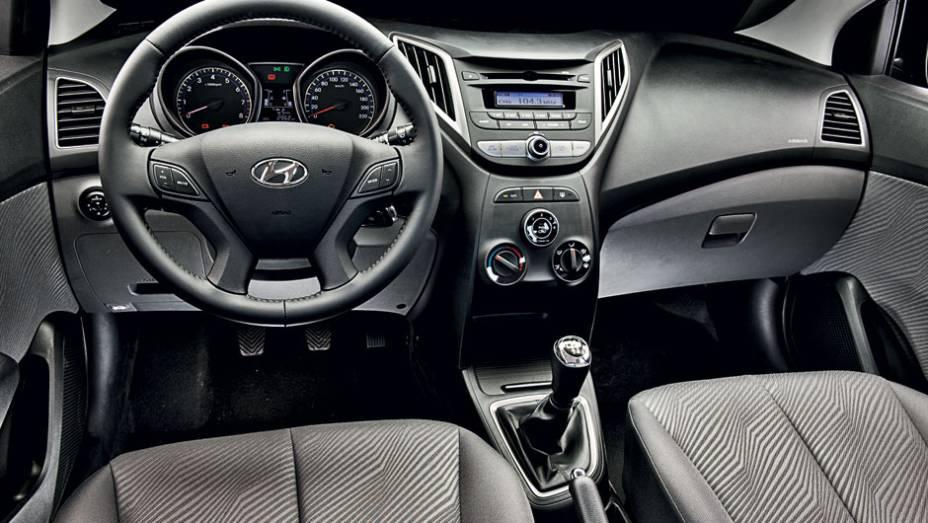"""Cabine é um dos destaques do novo Hyundai: bem decorada e com esmero na montagem, permite ao HB20 encarar rivais premium   <a href=""""http://quatrorodas.abril.com.br/carros/testes/hyundai-hb20-1-0-1-6-714843.shtml"""" rel=""""migration"""">Leia mais</a>"""