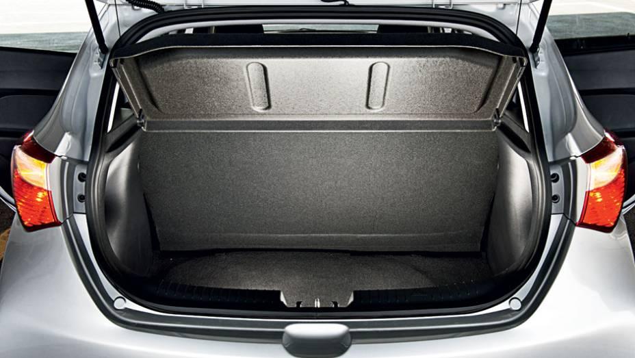 """Porta-malas: volume de 300 litros e plástico nas laterais   <a href=""""http://quatrorodas.abril.com.br/carros/testes/hyundai-hb20-1-0-1-6-714843.shtml"""" rel=""""migration"""">Leia mais</a>"""
