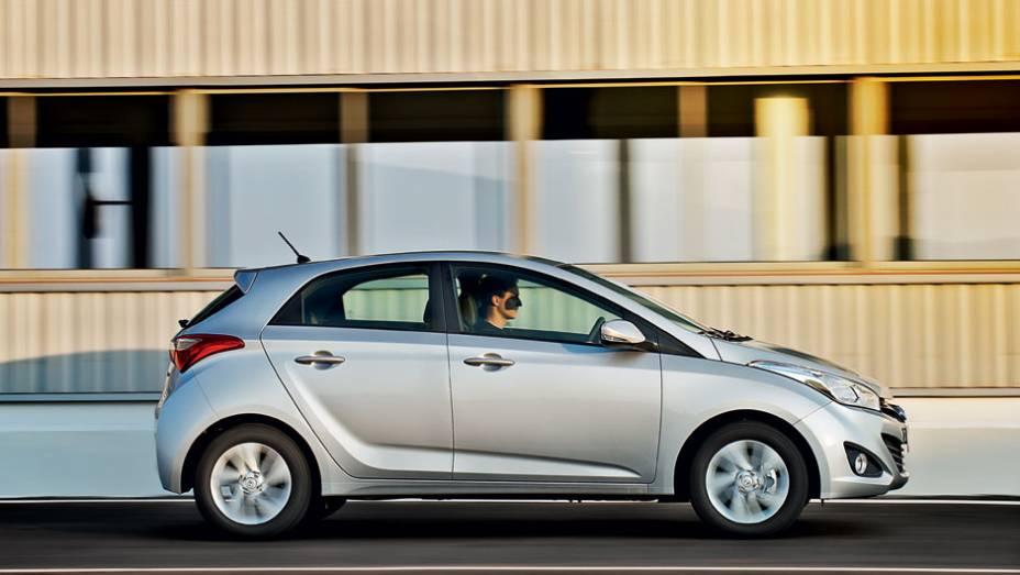 """Vincos e volumes: a escultura fluida da Hyundai agora nos pequenos   <a href=""""http://quatrorodas.abril.com.br/carros/testes/hyundai-hb20-1-0-1-6-714843.shtml"""" rel=""""migration"""">Leia mais</a>"""