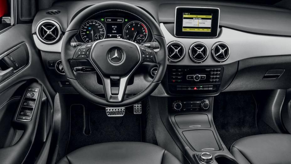 """Tela multimídia (sem GPS) tem design de tablet   <a href=""""http://quatrorodas.abril.com.br/carros/lancamentos/mercedes-benz-b-200-turbo-724725.shtml"""" rel=""""migration"""">Leia mais</a>"""