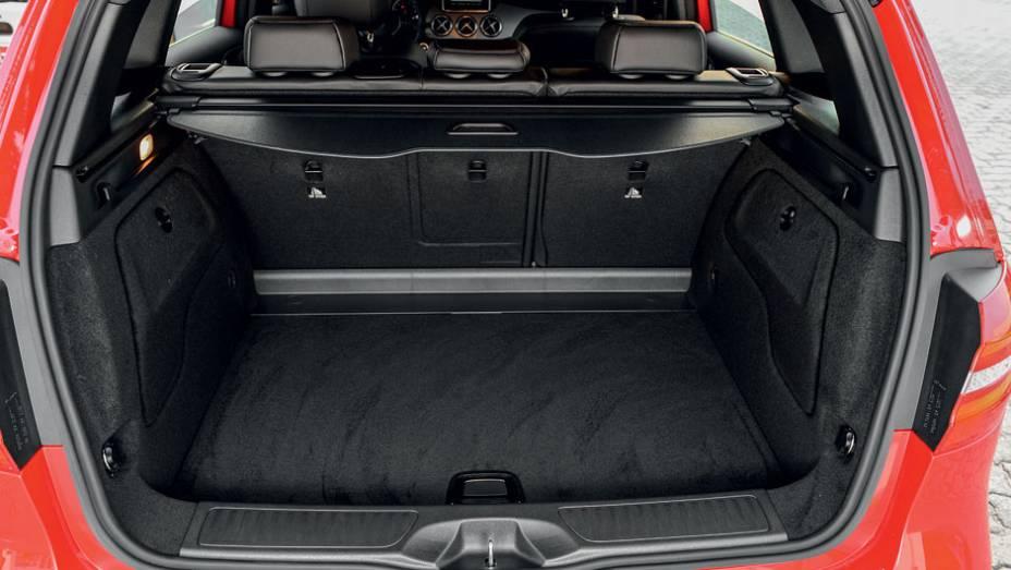 """No porta-malas, cabem 488 litros de bagagem   <a href=""""http://quatrorodas.abril.com.br/carros/lancamentos/mercedes-benz-b-200-turbo-724725.shtml"""" rel=""""migration"""">Leia mais</a>"""