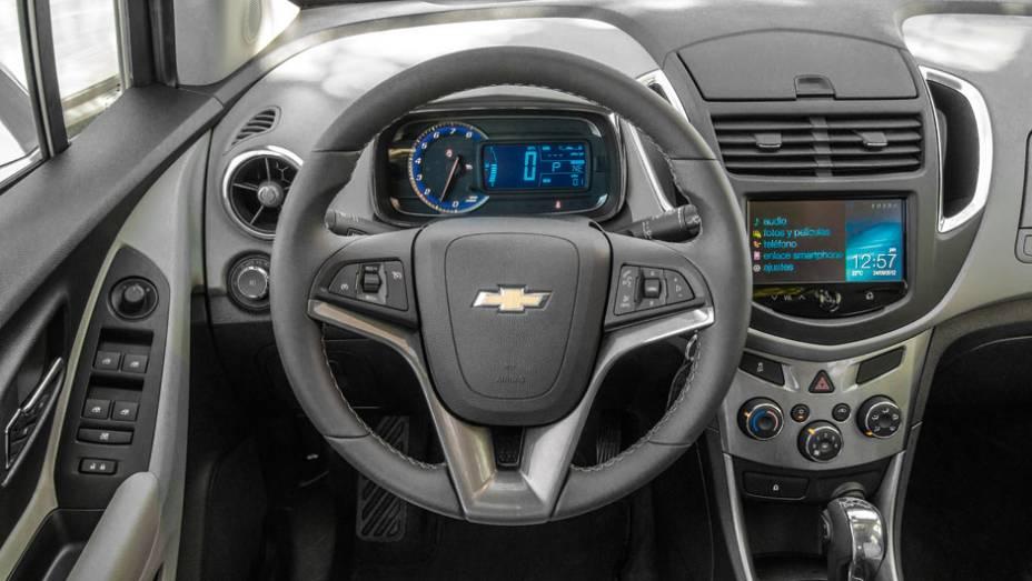 """O volante é de Cruze, a instrumentação analógico-digital remete à do Cobalt e a parte central do painel lembra a do EcoSport   <a href=""""http://quatrorodas.abril.com.br/carros/impressoes/chevrolet-trax-725231.shtml"""" rel=""""migration"""">Leia mais</a>"""