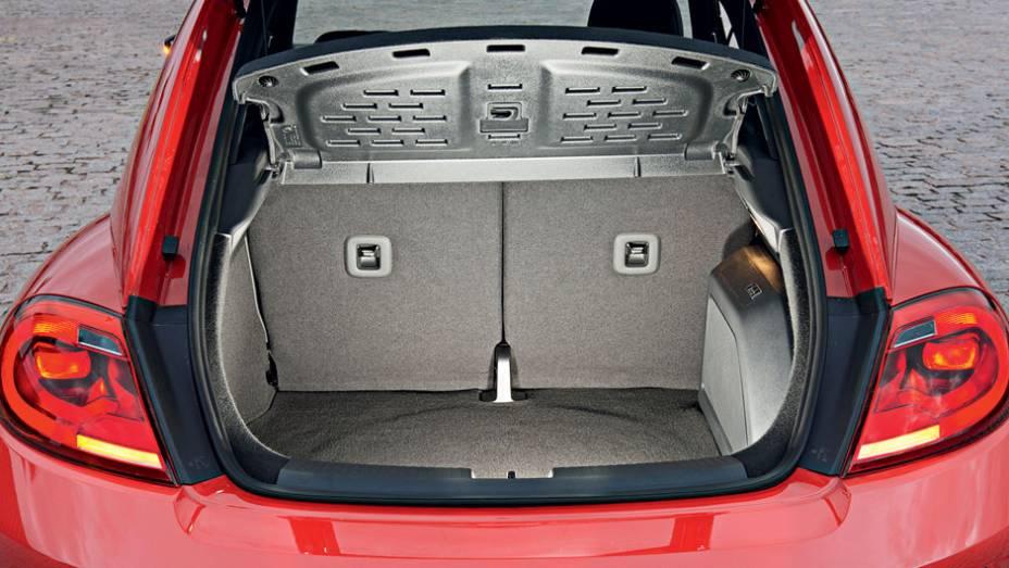 """Porta-malas de 310 litros é equivalente ao de um HB20   <a href=""""http://quatrorodas.abril.com.br/carros/testes/volkswagen-fusca-729776.shtml"""" rel=""""migration"""">Leia mais</a>"""