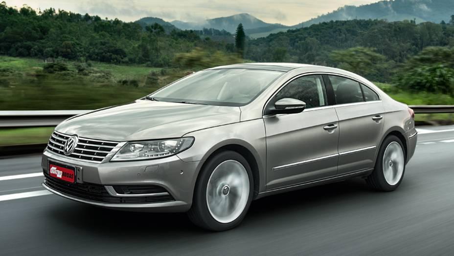 """A grade dianteira cromada é igual à do VW Passat   <a href=""""http://quatrorodas.abril.com.br/carros/lancamentos/volkswagen-cc-v6-3-6-734636.shtml"""" rel=""""migration"""">Leia mais</a>"""