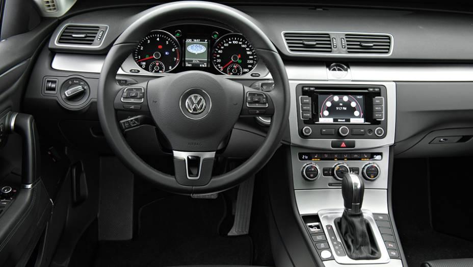"""O câmbio também tem comandos de trocas no volante   <a href=""""http://quatrorodas.abril.com.br/carros/lancamentos/volkswagen-cc-v6-3-6-734636.shtml"""" rel=""""migration"""">Leia mais</a>"""