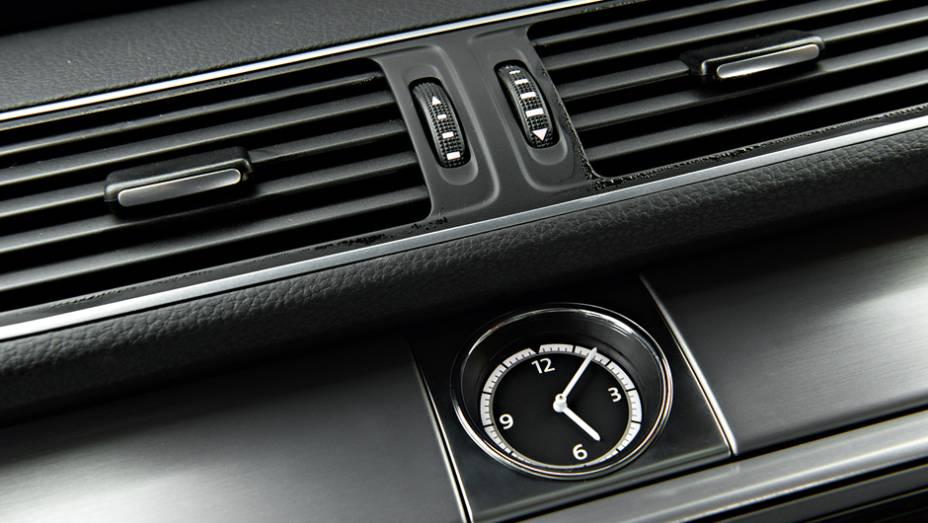 """Relógio analógico dá um toque de requinte   <a href=""""http://quatrorodas.abril.com.br/carros/lancamentos/volkswagen-cc-v6-3-6-734636.shtml"""" rel=""""migration"""">Leia mais</a>"""