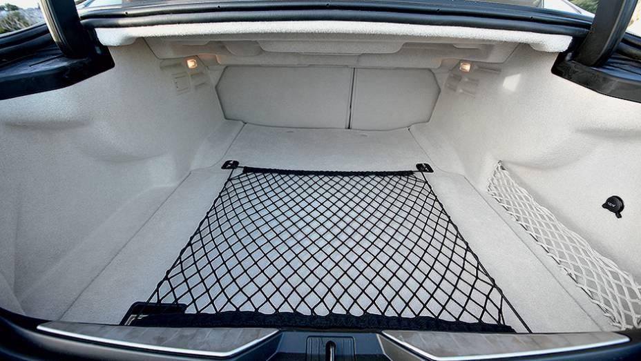 """Generoso porta-malas de 530 litros   <a href=""""http://quatrorodas.abril.com.br/carros/impressoes/maserati-quattroporte-736318.shtml"""" rel=""""migration"""">Leia mais</a>"""