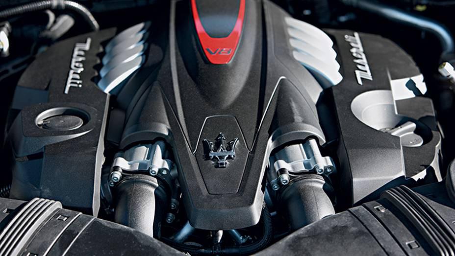 """V8 ficou menor, mas subiu para 530 cv   <a href=""""http://quatrorodas.abril.com.br/carros/impressoes/maserati-quattroporte-736318.shtml"""" rel=""""migration"""">Leia mais</a>"""