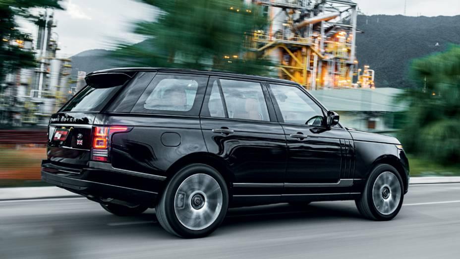 """SUV é discreto e não abusa dos cromados   <a href=""""http://quatrorodas.abril.com.br/carros/testes/land-rover-range-rover-vogue-738240.shtml"""" rel=""""migration"""">Leia mais</a>"""