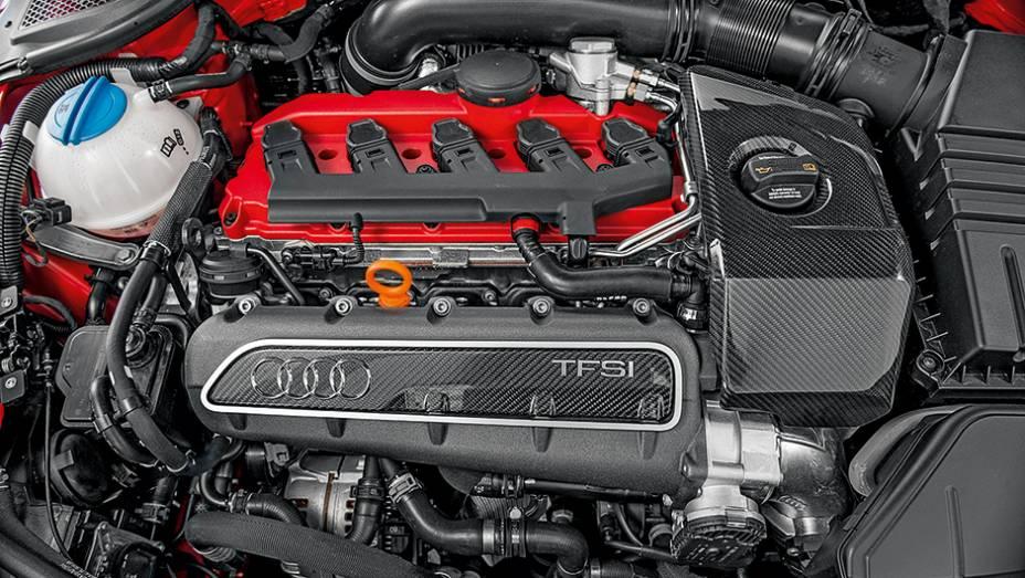 """Cinco-cilindros turbo: fibra de carbono e 340 cv   <a href=""""http://quatrorodas.abril.com.br/carros/impressoes/audi-tt-rs-743371.shtml"""" rel=""""migration"""">Leia mais</a>"""
