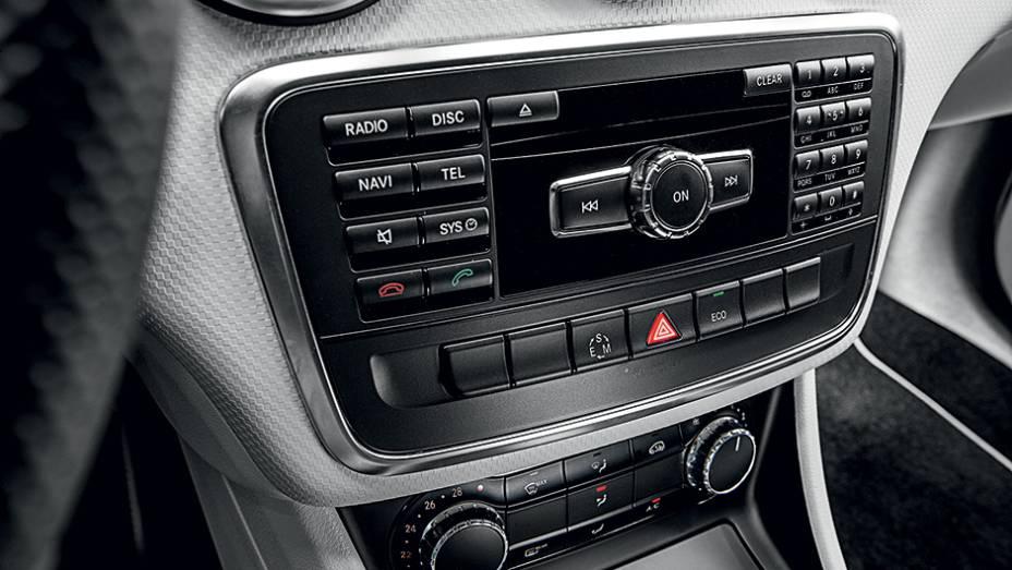 """Rádio tem teclas separadas do visor   <a href=""""http://quatrorodas.abril.com.br/carros/testes/mercedes-benz-200-urban-742618.shtml"""" rel=""""migration"""">Leia mais</a>"""