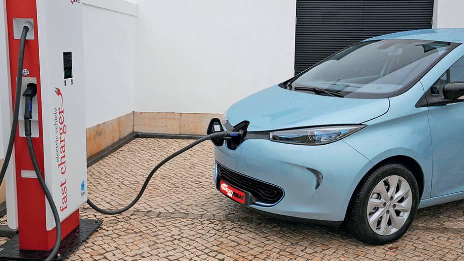 """No ponto de recarga, ele recupera 80% da bateria em 30 min   <a href=""""http://quatrorodas.abril.com.br/carros/impressoes/renault-zoe-747928.shtml"""" rel=""""migration"""">Leia mais</a>"""
