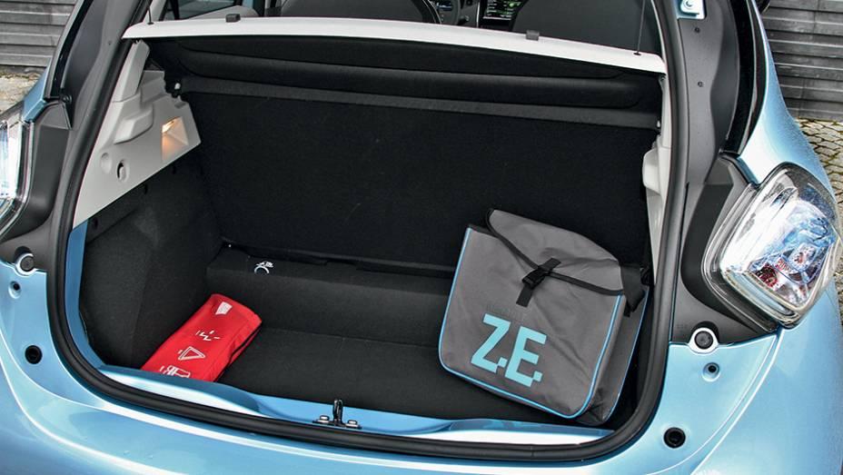 """Porta-malas de 338 litros é suficiente para um compacto   <a href=""""http://quatrorodas.abril.com.br/carros/impressoes/renault-zoe-747928.shtml"""" rel=""""migration"""">Leia mais</a>"""