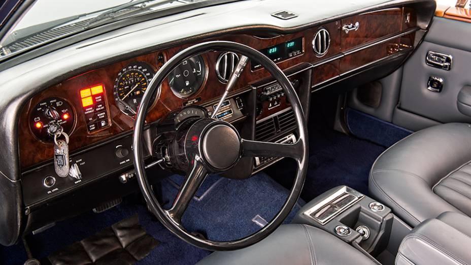 """Com couro Connoly e madeiras nobres, interior é feito à mão   <a href=""""http://quatrorodas.abril.com.br/carros/classicos-grandescarros/rolls-royce-silver-spirit-spur-754638.shtml"""" rel=""""migration"""">Leia mais</a>"""