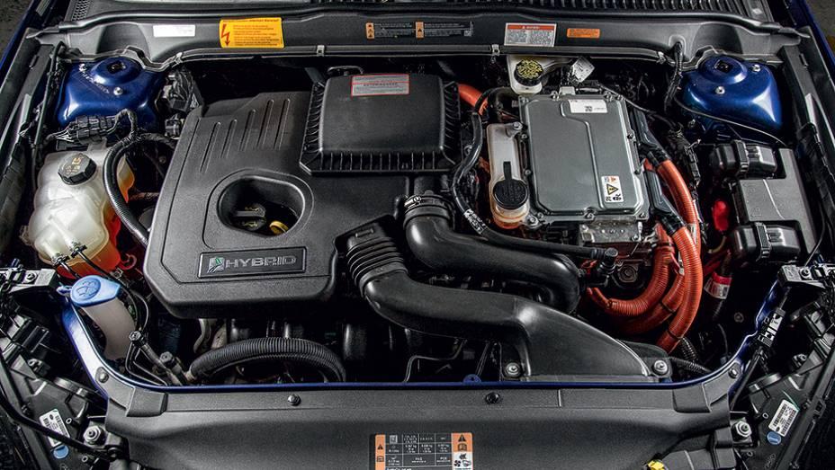 """Gasolina (esq.) e elétrico (dir.) somam 190 cv de potência   <a href=""""http://quatrorodas.abril.com.br/carros/testes/ford-fusion-hybrid-757087.shtml"""" rel=""""migration"""">Leia mais</a>"""