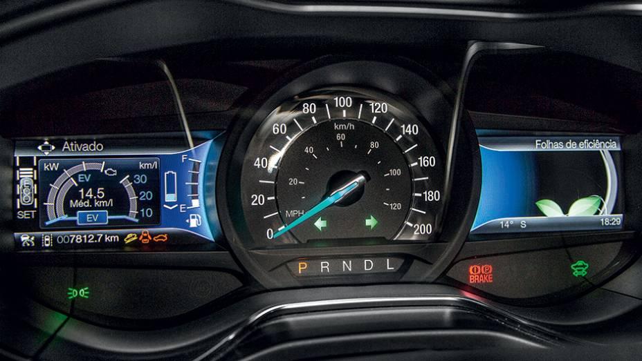 """Motorista configura informações que vão nos visores laterais   <a href=""""http://quatrorodas.abril.com.br/carros/testes/ford-fusion-hybrid-757087.shtml"""" rel=""""migration"""">Leia mais</a>"""