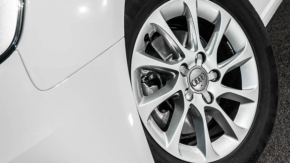"""Rodas aro 16 com pneus de perfil alto dão conforto ao A3   <a href=""""http://quatrorodas.abril.com.br/carros/comparativos/audi-a3-x-vw-golf-757579.shtml"""" rel=""""migration"""">Leia mais</a>"""