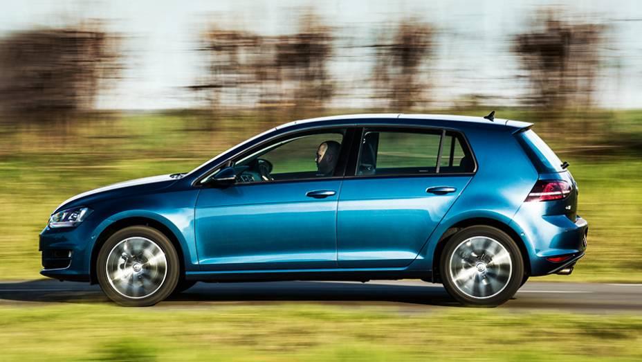 """De lado, os para-lamas do VW se destacam ainda mais   <a href=""""http://quatrorodas.abril.com.br/carros/comparativos/audi-a3-x-vw-golf-757579.shtml"""" rel=""""migration"""">Leia mais</a>"""
