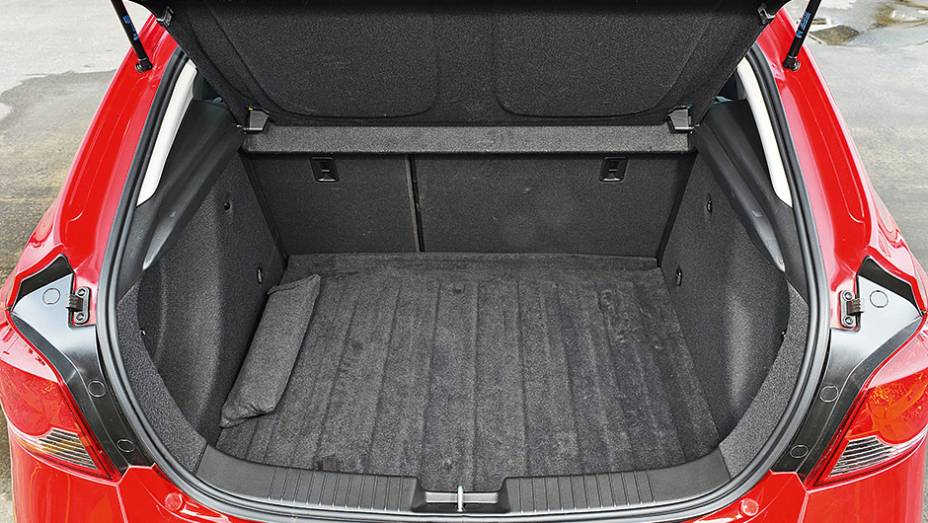 """Formato da traseira deixa a entrada ampla. Capacidade é de 402 l   <a href=""""http://quatrorodas.abril.com.br/carros/comparativos/hatches-medios-762947.shtml"""" rel=""""migration"""">Leia mais</a>"""