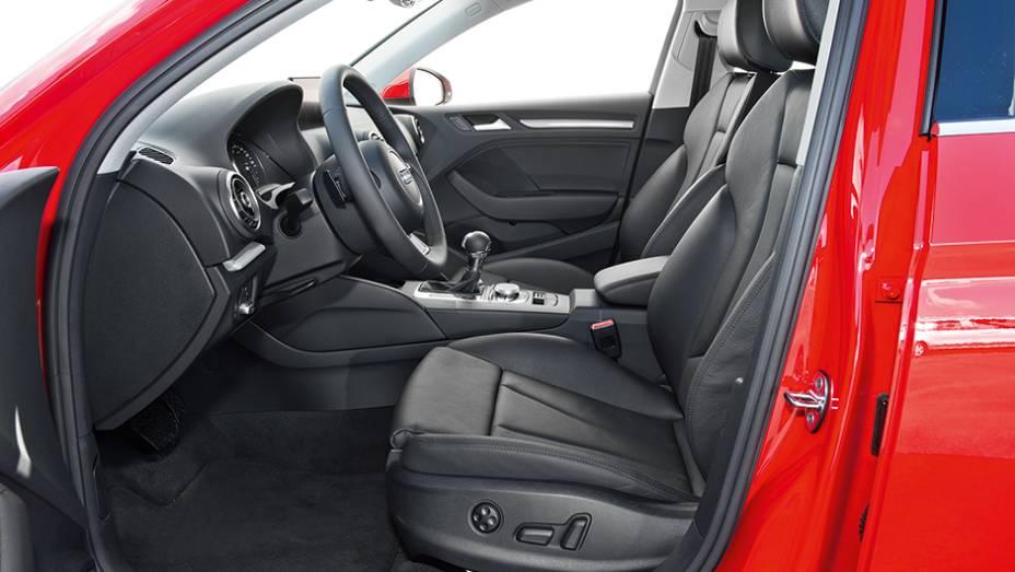 """Assentos dianteiros têm estilo esportivo. O do motorista tem regulagem elétrica   <a href=""""http://quatrorodas.abril.com.br/carros/testes/audi-a3-sedan-771657.shtml"""" rel=""""migration"""">Leia mais</a>"""