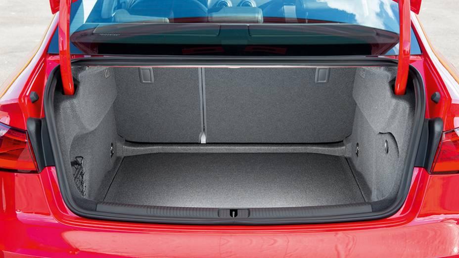 """Bagageiro é menor que o de um Honda Civic, com 425 litros   <a href=""""http://quatrorodas.abril.com.br/carros/testes/audi-a3-sedan-771657.shtml"""" rel=""""migration"""">Leia mais</a>"""