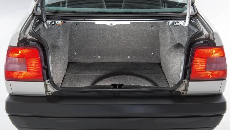 """Porta-malas acondicionava 413 litros de bagagem   <a href=""""http://quatrorodas.abril.com.br/carros/classicos-brasileiros/fiat-tempra-2p-778240.shtml"""" rel=""""migration"""">Leia mais</a>"""