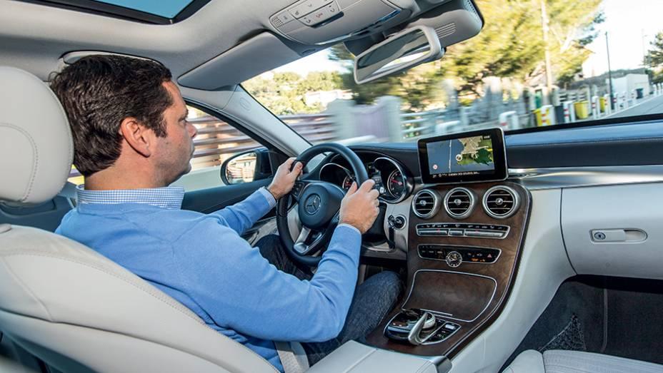 """Interior oferece boa posição de dirigir e comandos à mão   <a href=""""http://quatrorodas.abril.com.br/carros/impressoes/mercedes-benz-c-250-783412.shtml"""" rel=""""migration"""">Leia mais</a>"""