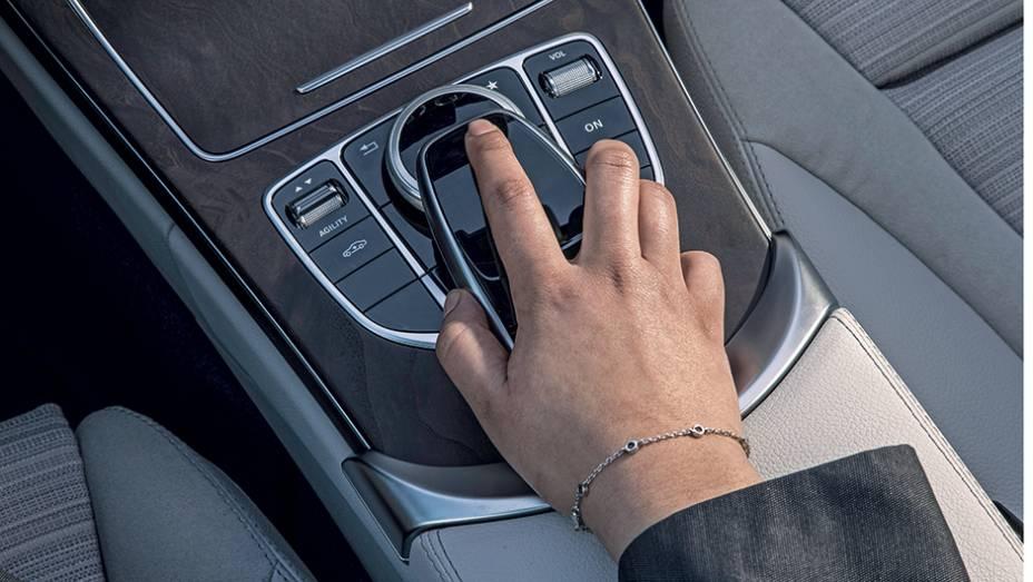 """Deslize o dedo sobre o touchpad para controlar as funções do som e do GPS   <a href=""""http://quatrorodas.abril.com.br/carros/impressoes/mercedes-benz-c-250-783412.shtml"""" rel=""""migration"""">Leia mais</a>"""