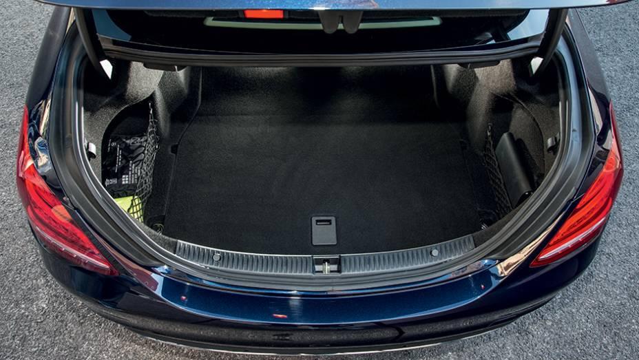 """Porta-malas de 480 litros   <a href=""""http://quatrorodas.abril.com.br/carros/impressoes/mercedes-benz-c-250-783412.shtml"""" rel=""""migration"""">Leia mais</a>"""