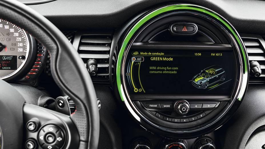 """No mostrador central, o modo Green   <a href=""""http://quatrorodas.abril.com.br/carros/testes/mini-cooper-799550.shtml"""" rel=""""migration"""">Leia mais</a>"""