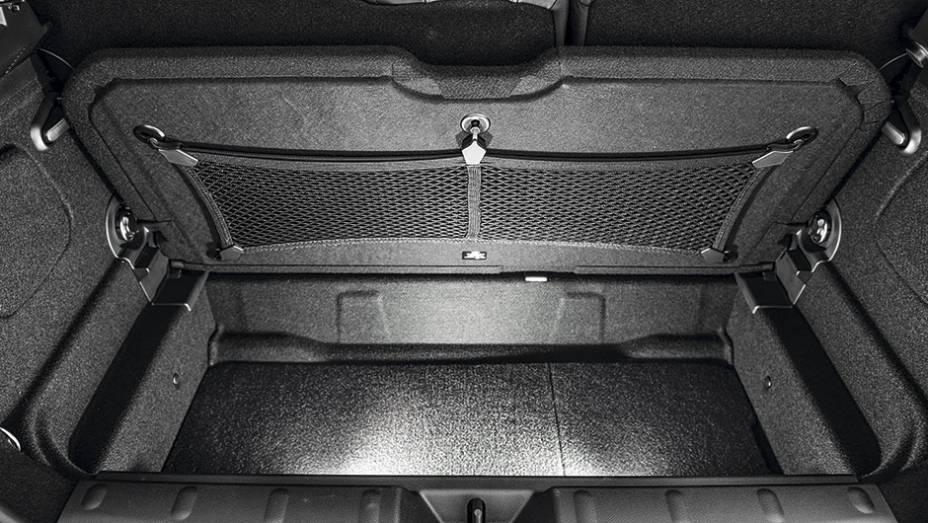"""O porta-malas leva 211 litros, com direito a fundo falso   <a href=""""http://quatrorodas.abril.com.br/carros/testes/mini-cooper-799550.shtml"""" rel=""""migration"""">Leia mais</a>"""