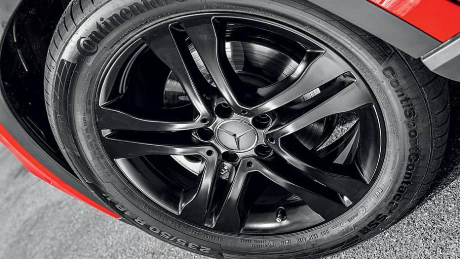 """GLA 200 tem rodas de liga leve e pneus 235/50 R18 em todas as versões   <a href=""""http://quatrorodas.abril.com.br/carros/testes/mercedes-benz-gla-200-809255.shtml"""" rel=""""migration"""">Leia mais</a>"""
