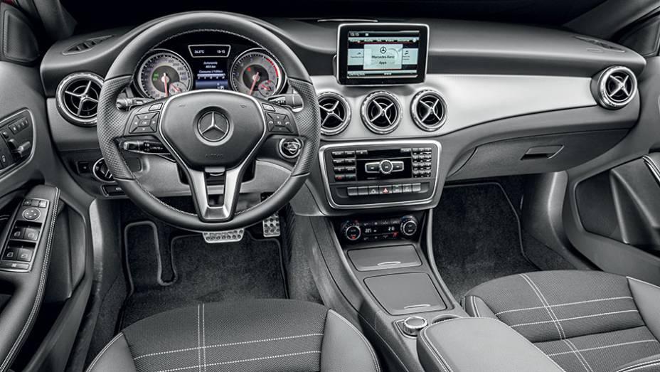 """Para que o painel do GLA tivesse um visual diferente do instalado no Classe A, a Mercedes providenciou uma faixa central de alumínio   <a href=""""http://quatrorodas.abril.com.br/carros/testes/mercedes-benz-gla-200-809255.shtml"""" rel=""""migration"""">Leia mais</a>"""