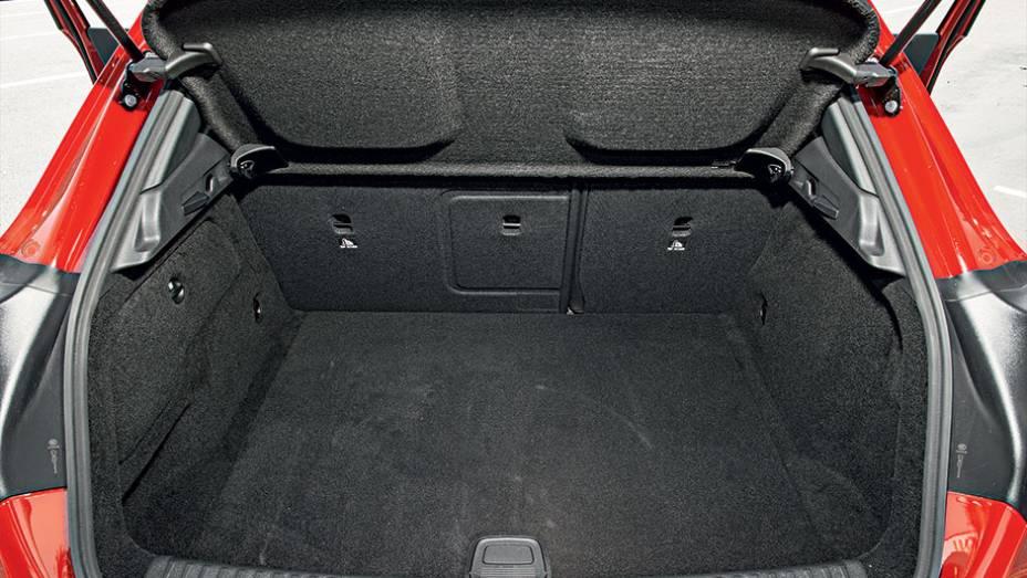 """No porta-malas cabem 421 litros de bagagem   <a href=""""http://quatrorodas.abril.com.br/carros/testes/mercedes-benz-gla-200-809255.shtml"""" rel=""""migration"""">Leia mais</a>"""