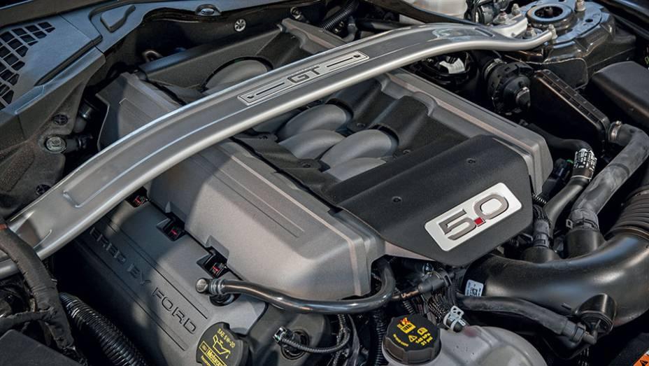 """Sobre o V8 de 5 litros, barra antitorção para elevar a rigidez torcional   <a href=""""http://quatrorodas.abril.com.br/carros/impressoes/ford-mustang-2015-816081.shtml"""" target=""""_blank"""" rel=""""migration"""">Leia mais</a>"""