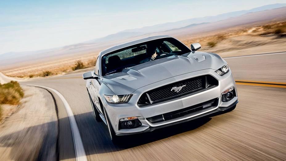 """Formato da grade dá efeito de flutuação ao cavalinho Mustang   <a href=""""http://quatrorodas.abril.com.br/carros/impressoes/ford-mustang-2015-816081.shtml"""" target=""""_blank"""" rel=""""migration"""">Leia mais</a>"""