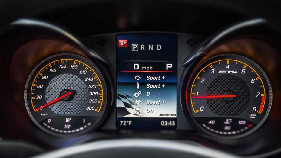 """Visor exibe os ajustes selecionados pelo motorista   <a href=""""http://quatrorodas.abril.com.br/carros/impressoes/mercedes-benz-amg-gt-822120.shtml"""" target=""""_blank"""" rel=""""migration"""">Leia mais</a>"""