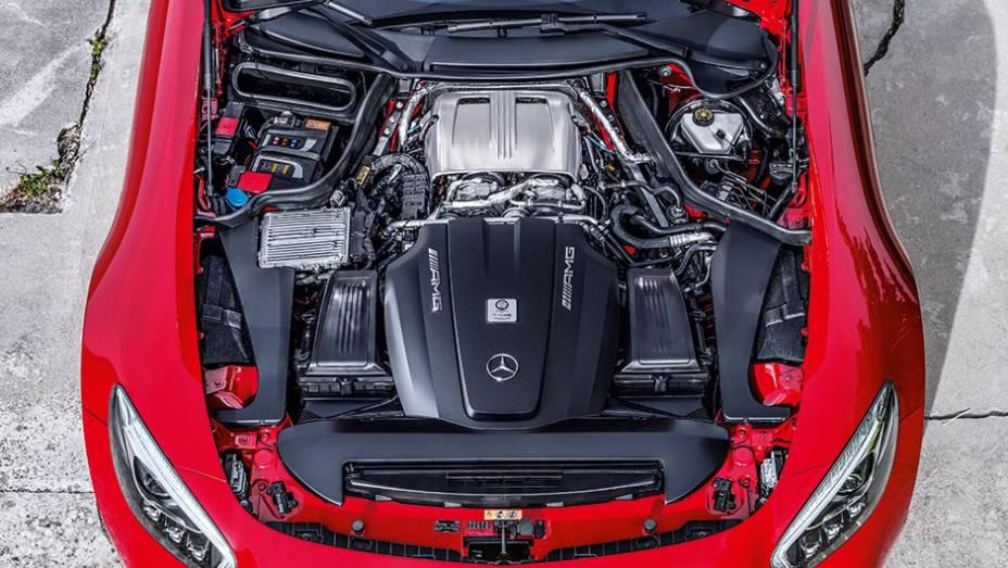 """Motor V8 ocupa todo espaço na parte dianteira da carroceria   <a href=""""http://quatrorodas.abril.com.br/carros/impressoes/mercedes-benz-amg-gt-822120.shtml"""" target=""""_blank"""" rel=""""migration"""">Leia mais</a>"""