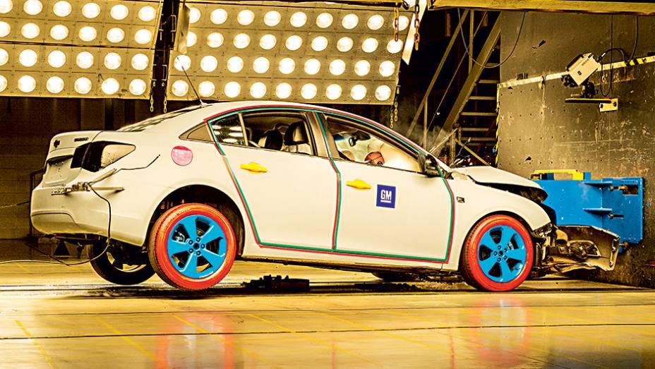 Sob o chão, há um motor elétrico que puxa o carro para o impacto e pode atingir até 100 km/h