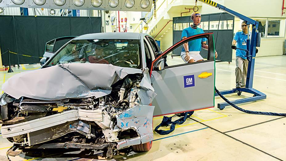 Após o impacto, o carro é desmontado e cada peça é avaliada. O dummy é retirado por uma grua para não danificar sua pintura e os sensores instalados