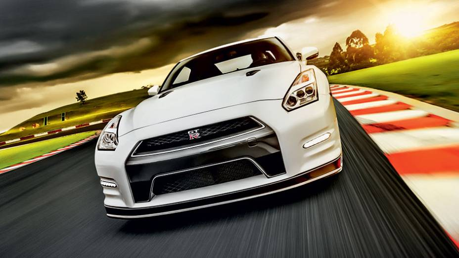 """O Godzilla ruge forte e já deixou até o Porsche 911 para trás <a href=""""http://quatrorodas.abril.com.br/carros/impressoes/nissan-gt-r-835860.shtml"""" target=""""_blank"""" rel=""""migration"""">Leia mais</a>"""