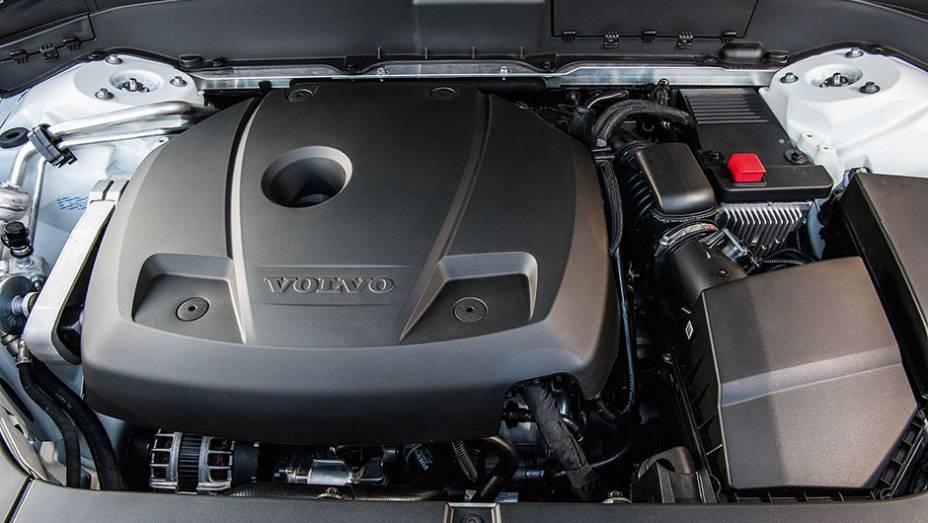"""Motor 2.0 turbo de quatro cilindros gera 320 cv   <a href=""""http://quatrorodas.abril.com.br/carros/testes/volvo-xc90-906342.shtml"""" target=""""_blank"""" rel=""""migration"""">Leia mais</a>"""