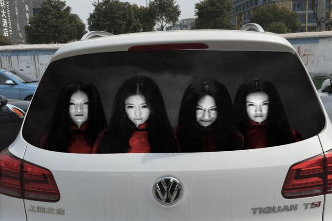 Adesivo macabro em carro China