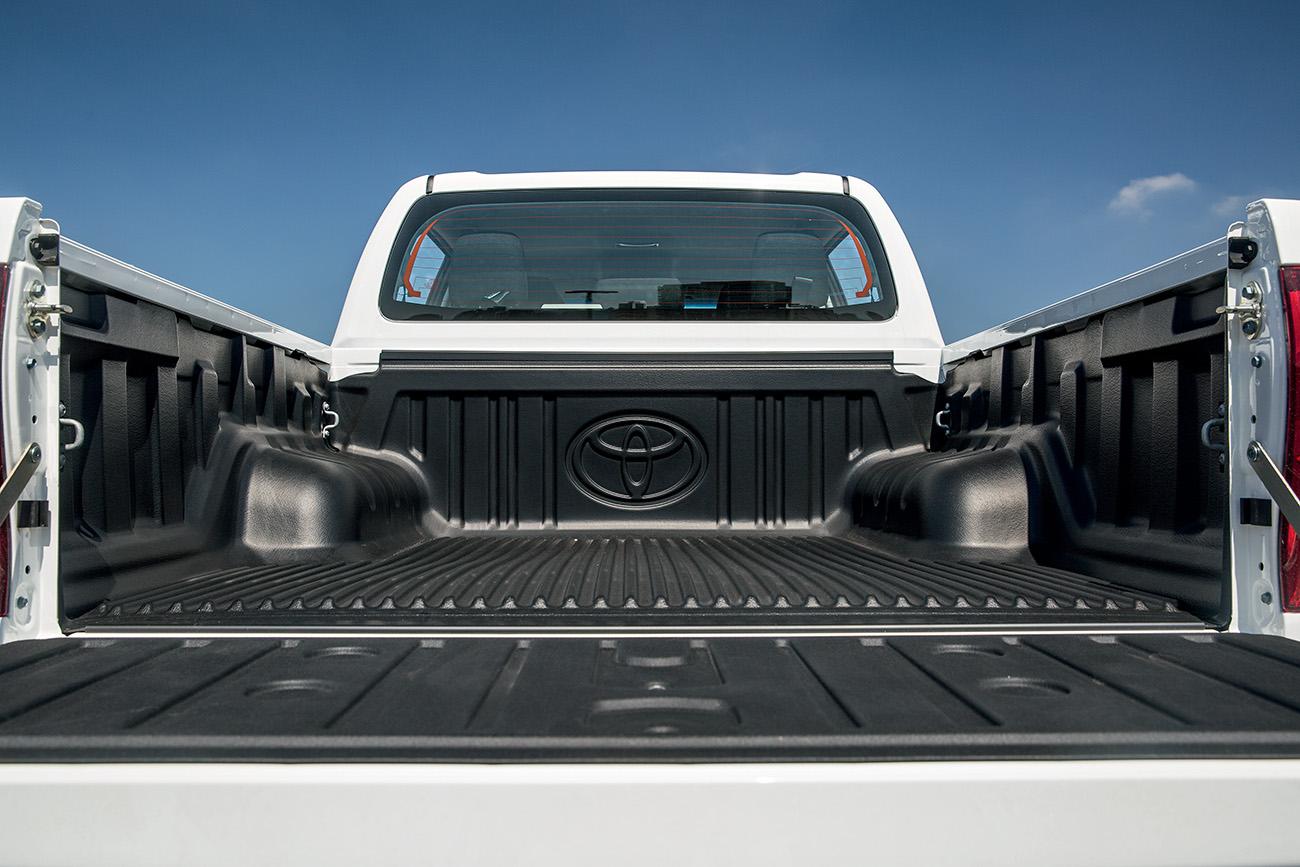 Hilux tem a menor capacidade de carga (850 kg), mas a caçamba é a mais comprida e larga