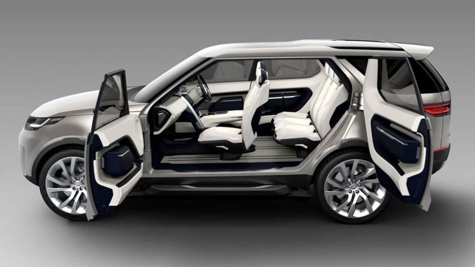 """Portas traseiras suicidas garantem fácil acesso ao interior do veículo   <a href=""""http://quatrorodas.abril.com.br/noticias/fabricantes/land-rover-lanca-conceito-discovery-vision-779837.shtml"""" rel=""""migration"""">Leia mais</a>"""